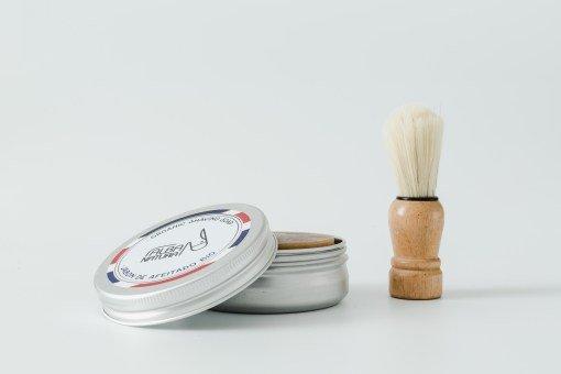Jabón sólido afeitado en lata