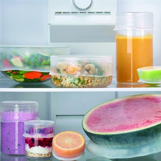 Tapas de silicona en envases dentro de frigorífico