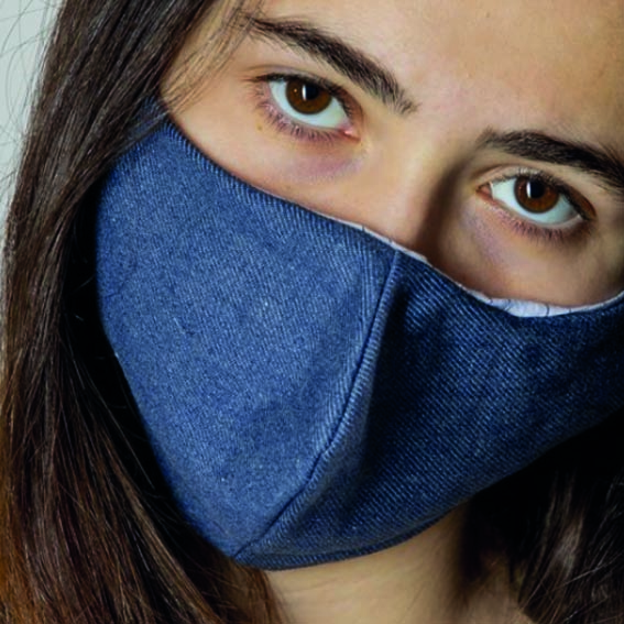 primer plano de chica con mascarilla de tela Denim de Back to Eco