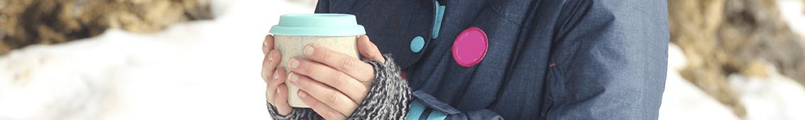 chica sujetando taza para llevar, campaña #yosoydebar de Salix Sostenible