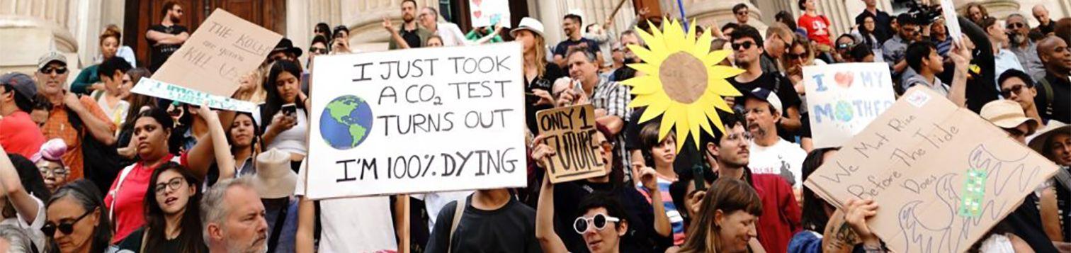 Personas manifestándose en defensa del planeta