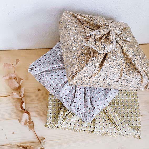 Tres furoshiki envolviendo regalos