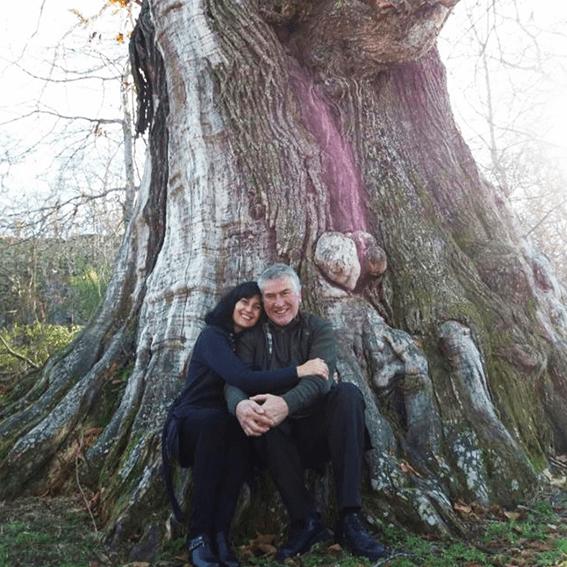 Avelina y su marido de Zorro d'Avi, sentados en un árbol