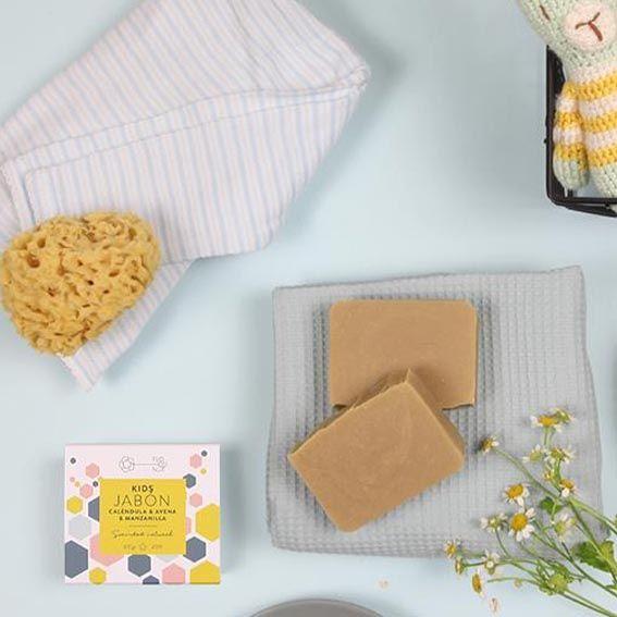 Jabón kids de Floconut en bodegón con toalla, caléndula y esponja natural