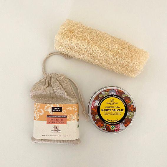 Bodegón con jabón sólido, manteca de karité y esponja de luffa