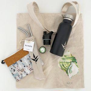 Bodegón con tote bag, pack pajitas metálicas, porta snacks, botella acero inoxidable, protector labial
