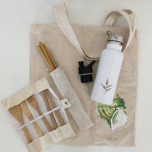 Bodegón con tote bag, cubiertos de bambú, botella acero inoxidable y pack de pajitas de bambú - Salix