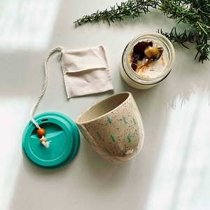 taza cerámica, infusionador de tela, vela vegana