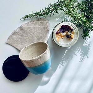 taza cerámica, filtro de tela para café, vela vegana